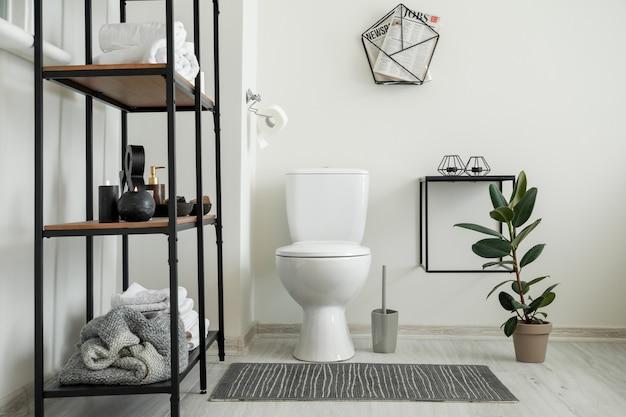 Wnętrze nowoczesnej wygodnej toalety