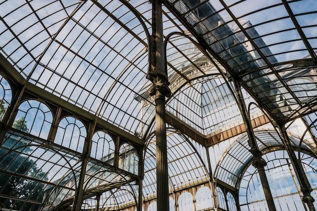 Wnętrze pałacu kryształowego w madrycie