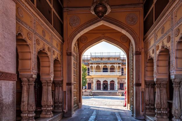 Wnętrze pałacu miejskiego w jaipur, rajastgan, indie.