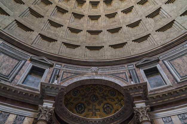 Wnętrze panteonu w rzymie. starożytna rzymska świątynia