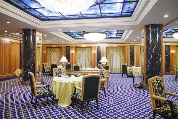Wnętrze pięciogwiazdkowego hotelu premium.