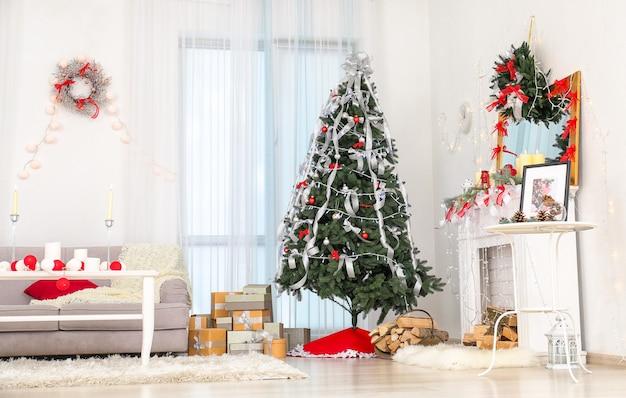 Wnętrze pięknego pokoju z dekoracjami świątecznymi