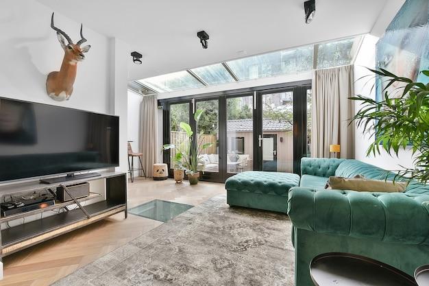Wnętrze pięknego salonu. nowoczesny i luksusowy projekt domu