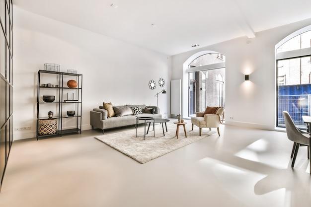 Wnętrze pięknego salonu. nowoczesny i luksusowy projekt pokoju