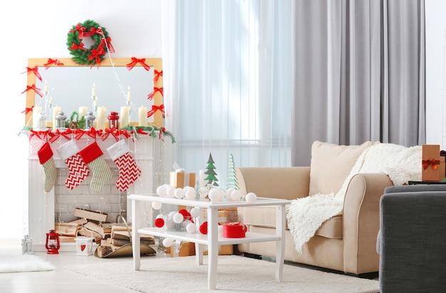 Wnętrze pięknego salonu urządzonego na boże narodzenie