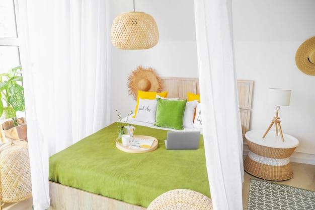 Wnętrze pięknej nowoczesnej sypialni