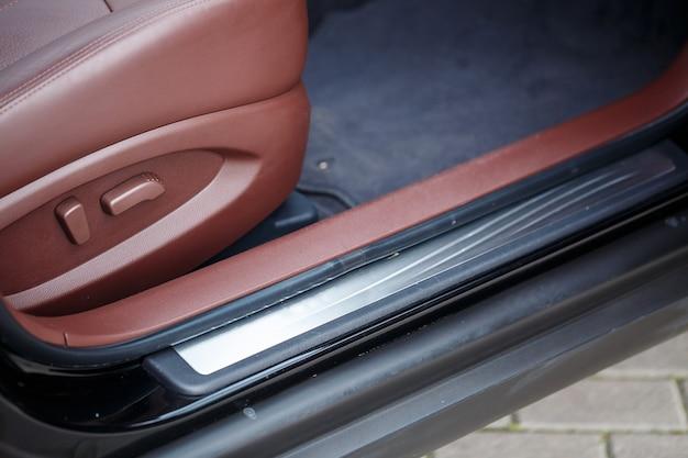 Wnętrze pojazdu. wykończenie wnętrza drzwi samochodowych. wnętrze samochodu z brązowej skóry.