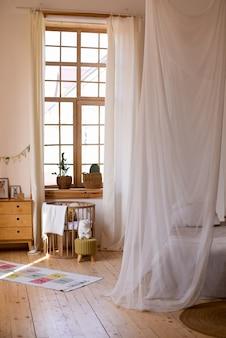 Wnętrze pokoju dziecięcego z drewnianymi meblami