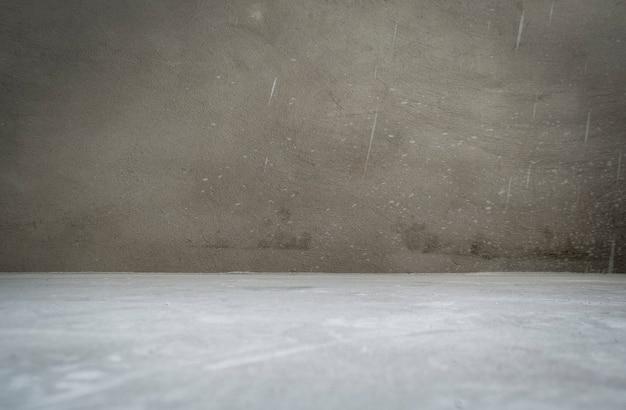 Wnętrze pokoju grunge bez dekoracji w odcieniach szarości - cementowe ściany i podłoga