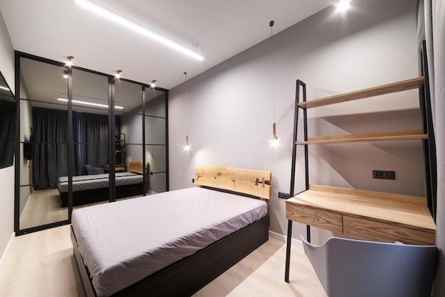 Wnętrze pokoju hotelowego lub sypialni.