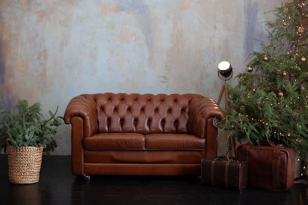 Wnętrze pokoju na poddaszu z sofą i choinką