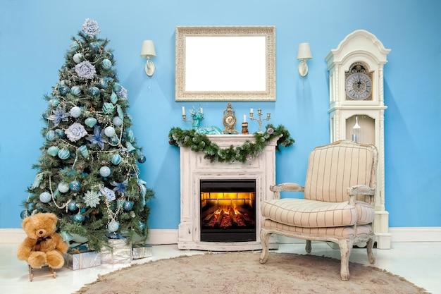 Wnętrze pokoju udekorowane na boże narodzenie i nowy rok z prezentami i choinką noworoczną
