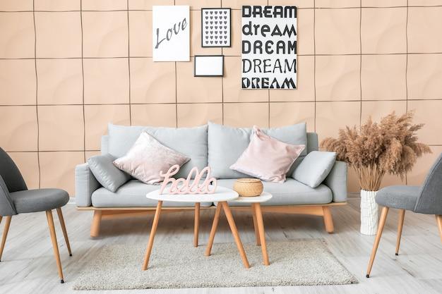 Wnętrze pokoju z nowoczesną sofą