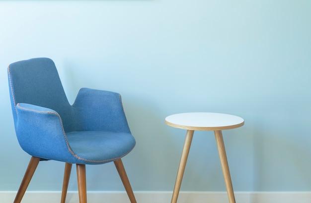 Wnętrze pokoju z pustą ścianą z fotelem i stolikiem kawowym