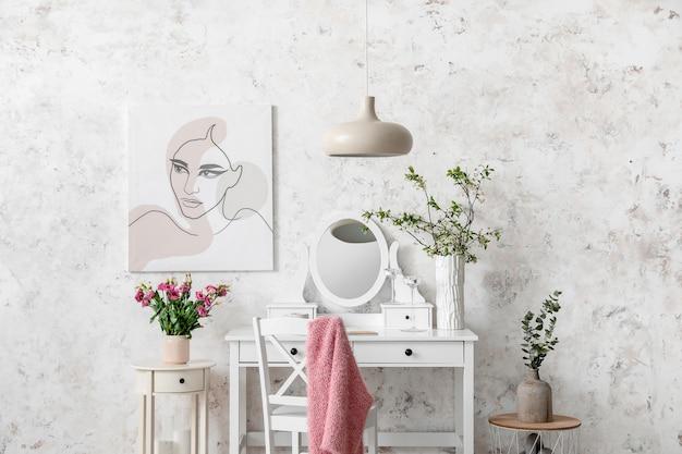 Wnętrze pokoju ze stylowym lustrem i wiosennymi kwiatami