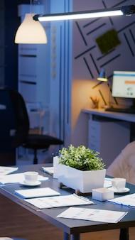 Wnętrze profesjonalnej pustej sali konferencyjnej biura biznesowego z nikim w nim na stojaku stołowym...