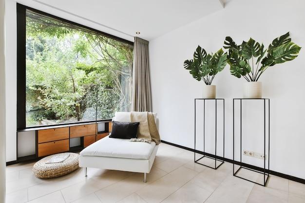 Wnętrze przestronnego pokoju w luksusowym domu
