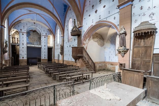 Wnętrze pustego kościoła