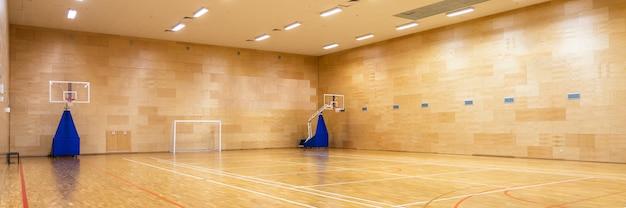 Wnętrze pustego nowoczesnego boiska do koszykówki lub piłki nożnej