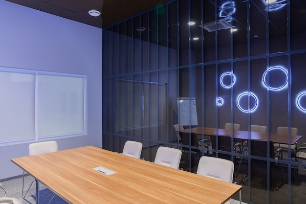 Wnętrze pusty nowożytny deskowy pokój przy kreatywnie biurem