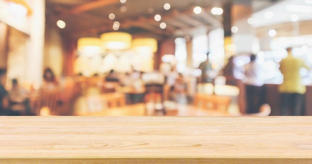 Wnętrze restauracji z blatem klienta i drewnianym