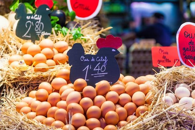 Wnętrze ruchliwego targu spożywczego ze szczegółami grupy jaj