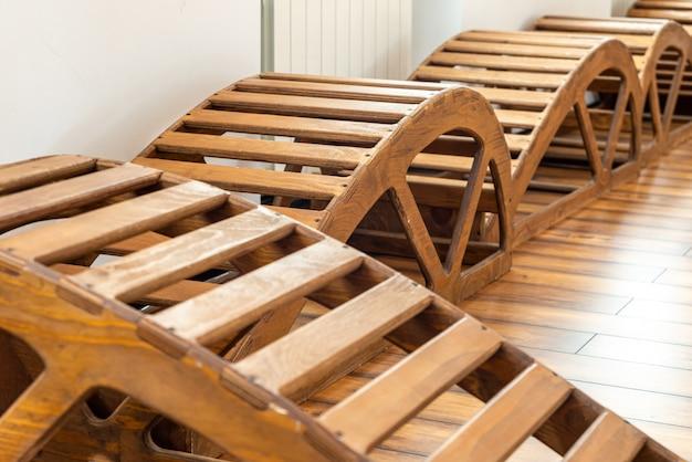 Wnętrze sali gimnastycznej z drewnianymi ławkami do jogi