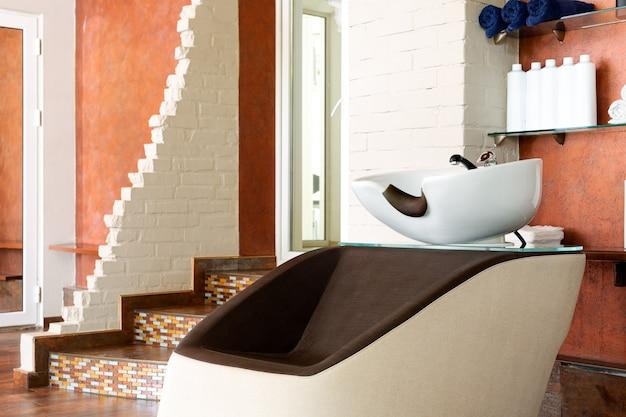 Wnętrze salonu piękności. umywalka, miska fryzjerska do mycia włosów