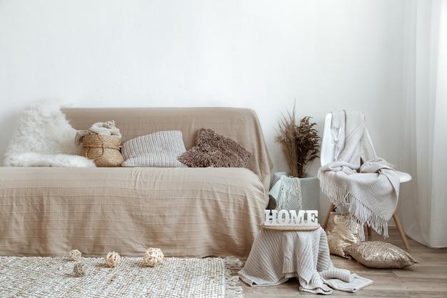 Wnętrze salonu z kanapą i elementami dekoracyjnymi.