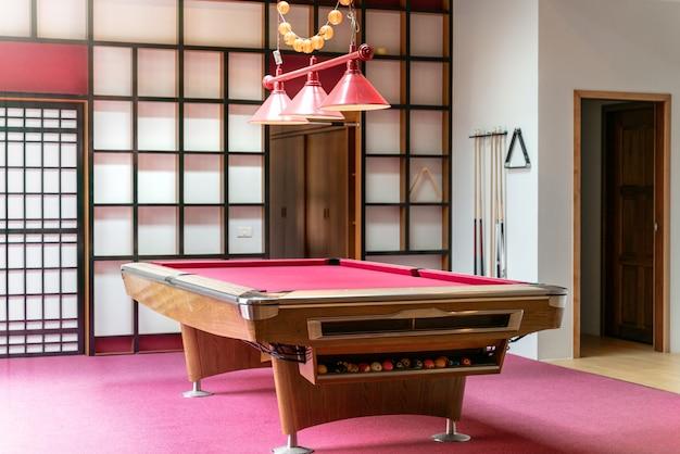 Wnętrze salonu z różowym stołem do snookera w domu