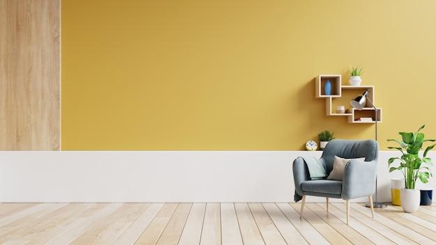 Wnętrze salonu z tkaniny fotel, lampa, książki i rośliny na tle pustej żółtej ściany.