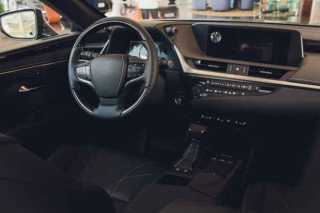 Wnętrze samochodu nowoczesny prędkościomierz samochodowy i podświetlana deska rozdzielcza