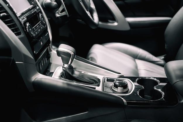 Wnętrze samochodu w obszarze przekładni zmiany biegów. nowoczesne wnętrze samochodu, radia z gearstick i filiżanki