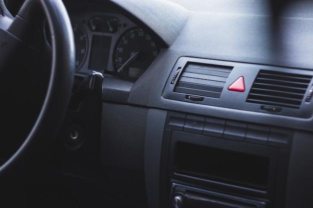 Wnętrze samochodu z kierownicą i prędkościomierzem