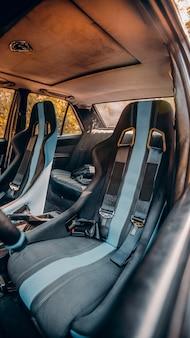 Wnętrze samochodu z siedzeniami w niebieskie paski
