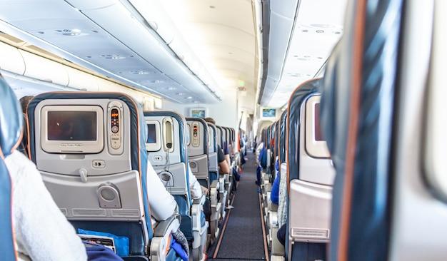 Wnętrze samolotu z pasażerami na siedzeniach czekających na start