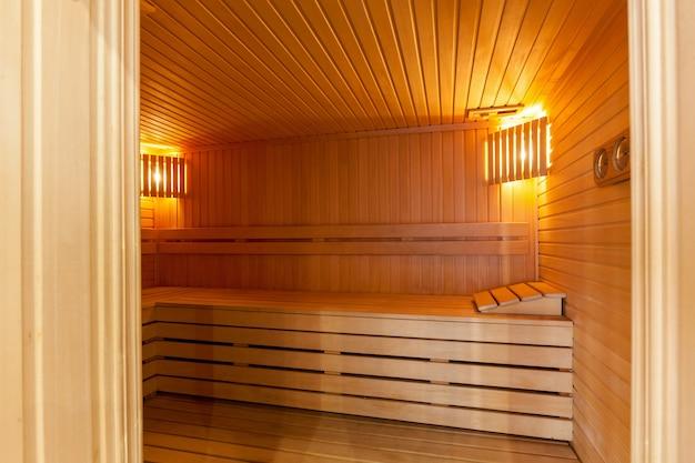 Wnętrze sauny fińskiej, klasycznej sauny drewnianej