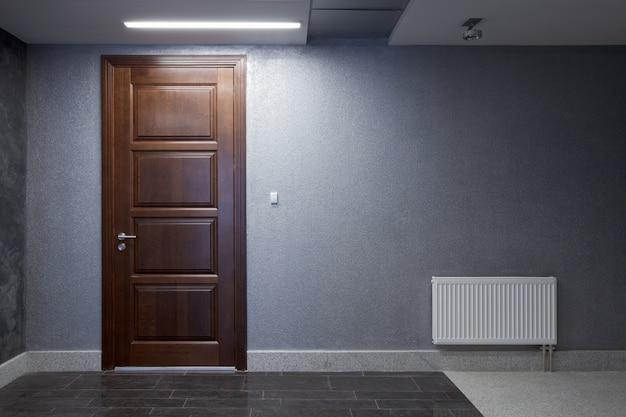 Wnętrze. ściana z drzwiami
