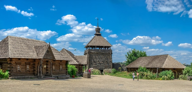 Wnętrze skansenu narodowego rezerwatu khortytsia w zaporożu na ukrainie w słoneczny letni dzień
