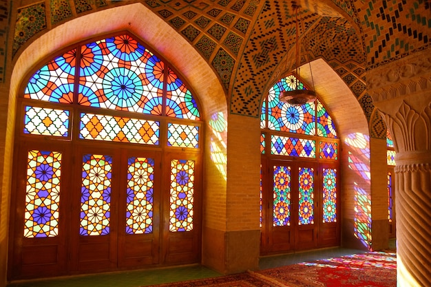 Wnętrze słynnego tęczowego meczetu nasir ol molk zwanego także różowym meczetem w shiraz iran