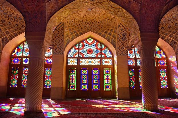 Wnętrze słynnego tęczowego meczetu nasir-ol-molk