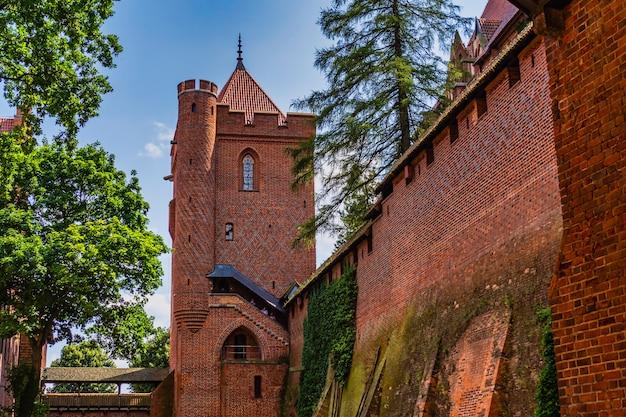 Wnętrze średniowiecznego gotyckiego zespołu zamkowego - zamek w malborku, polska.