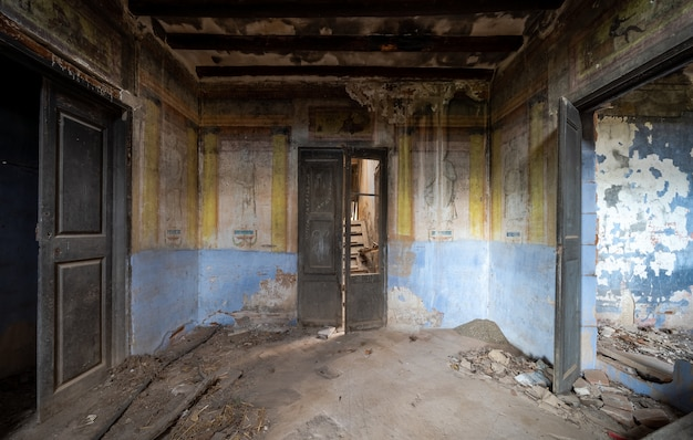 Wnętrze starego opuszczonego i zrujnowanego dworu