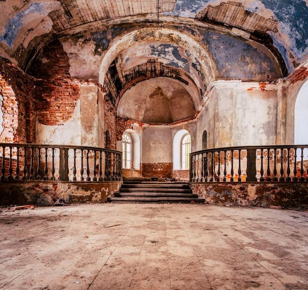 Wnętrze starego opuszczonego kościoła na łotwie, galgauska