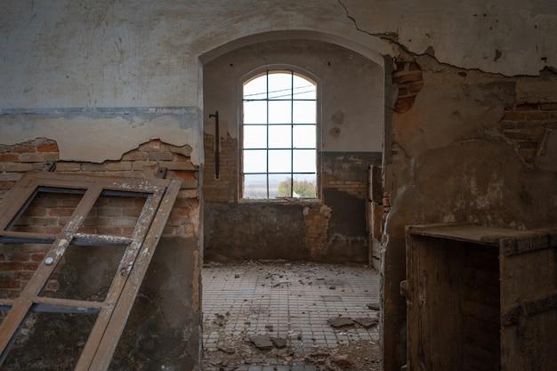 Wnętrze starej opuszczonej fabryki