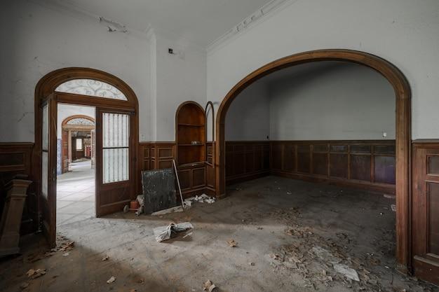 Wnętrze starej opuszczonej rezydencji
