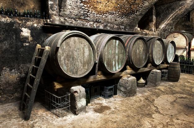 Wnętrze starej piwnicy z winami