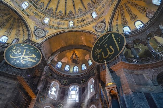 Wnętrze świątyni hagia sophia (ayasofya) w stambule, turcja - fragment architektoniczny.
