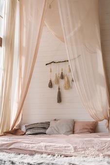 Wnętrze sypialni w stylu skandynawskim z panoramicznym oknem