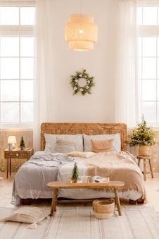 Wnętrze sypialni z dekoracjami świątecznymi